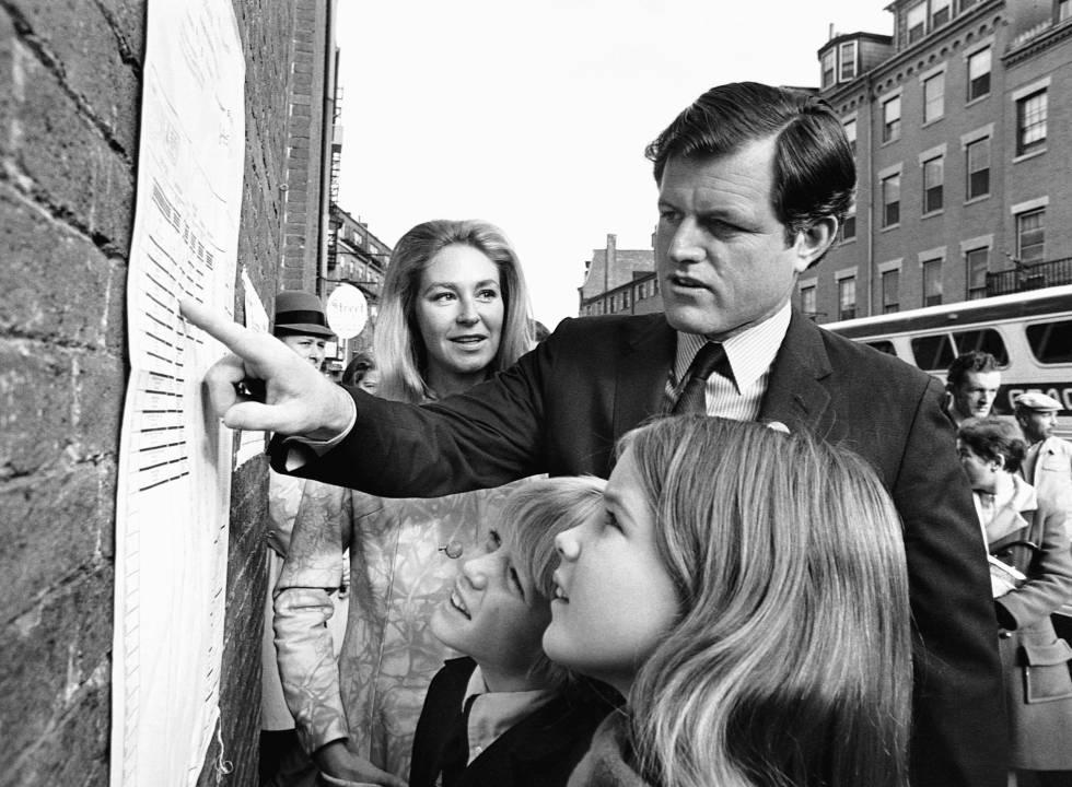 Ted Kennedy con sus hijos Teddie y Kara y su mujer Joan en Boston en 1970.
