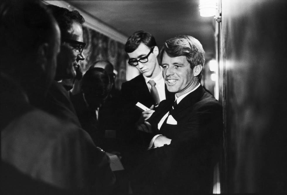 Robert Kennedy hablando con unos reporteros el 5 de junio de 1968, un día antes de ser asesinado.