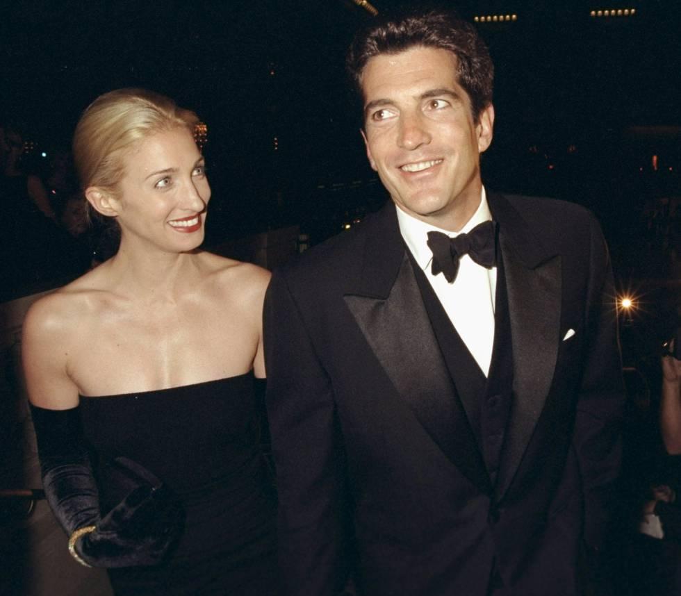 John F. Kennedy Jr. con su mujer Carolyn Bessette en una gala celebrada en Nueva York en 1998.