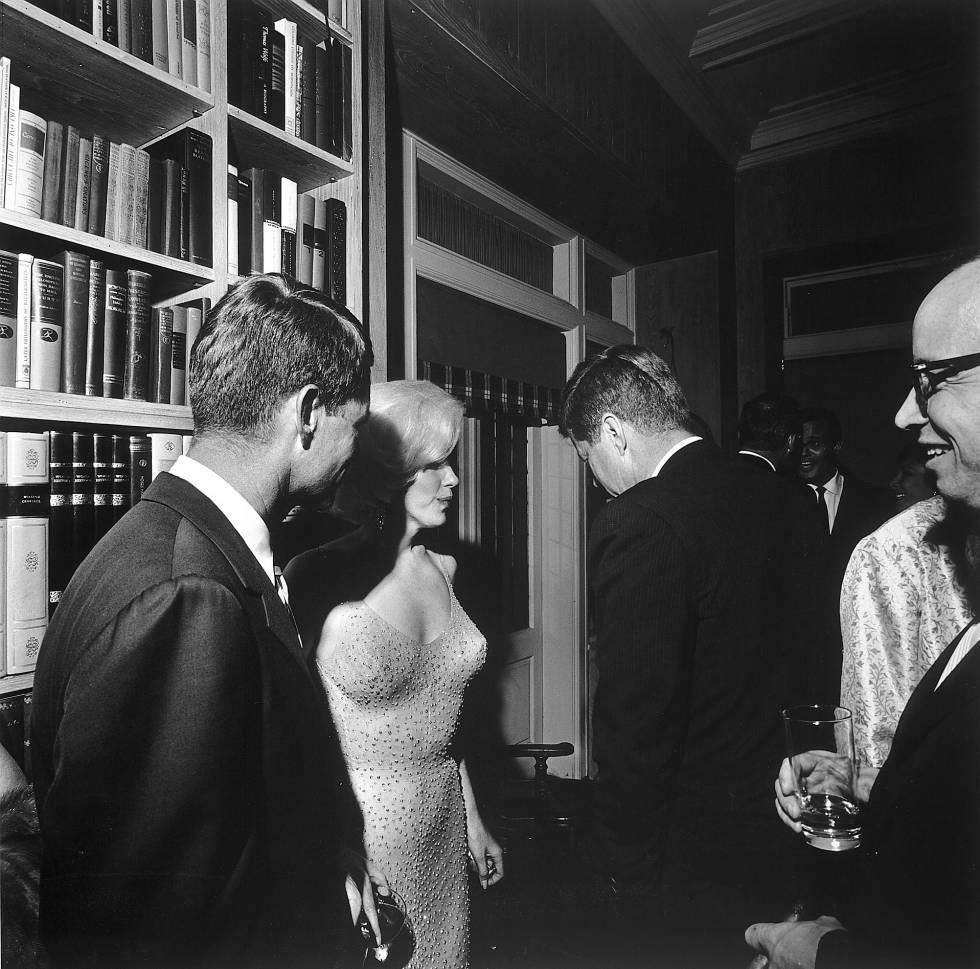 Marilyn Monroe con Robert y John Fitzgerald Kennedy después de cantarle a John 'Happy Birthday, Mr. President' el 19 de mayo de 1962 en el Madison Square Garden de Nueva York.
