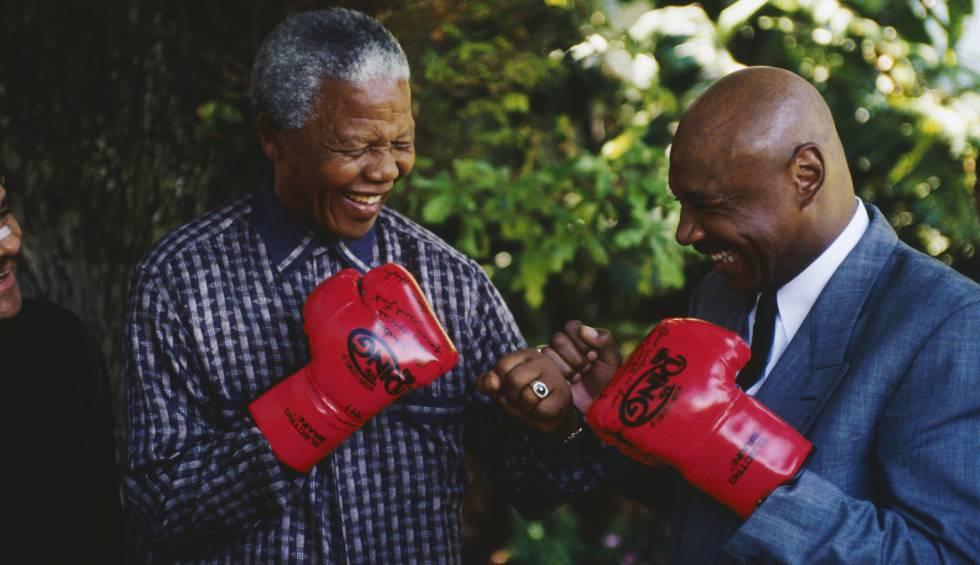 El expresidente sudafricano Nelson Mandela con el excampeón mundial de boxeo Marvin Hagler. rn