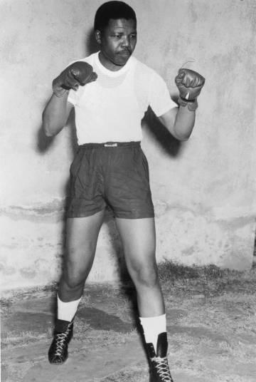 Nelson Mandela era un entusiasta del boxeo. Esta instantánea de alrededor de 1950 lo demuestra.