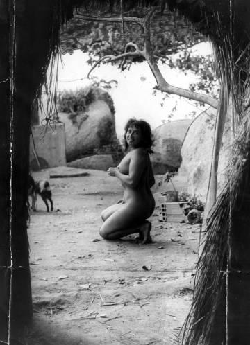 Luz de Fuego en la isla del Sol, poco después de fundar su comunidad utópica y nudista en 1952 (en esta fotografía se han respetado el retoque original a lápiz y las dobleces).