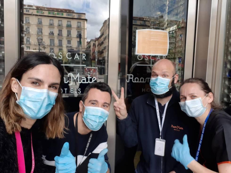 Trabajadores del hotel Room Mate Óscar, en Madrid, preparado para alojar a sanitarios, en una foto publicada el 24 de marzo en la cuenta de Instagram de la cadena hotelera.