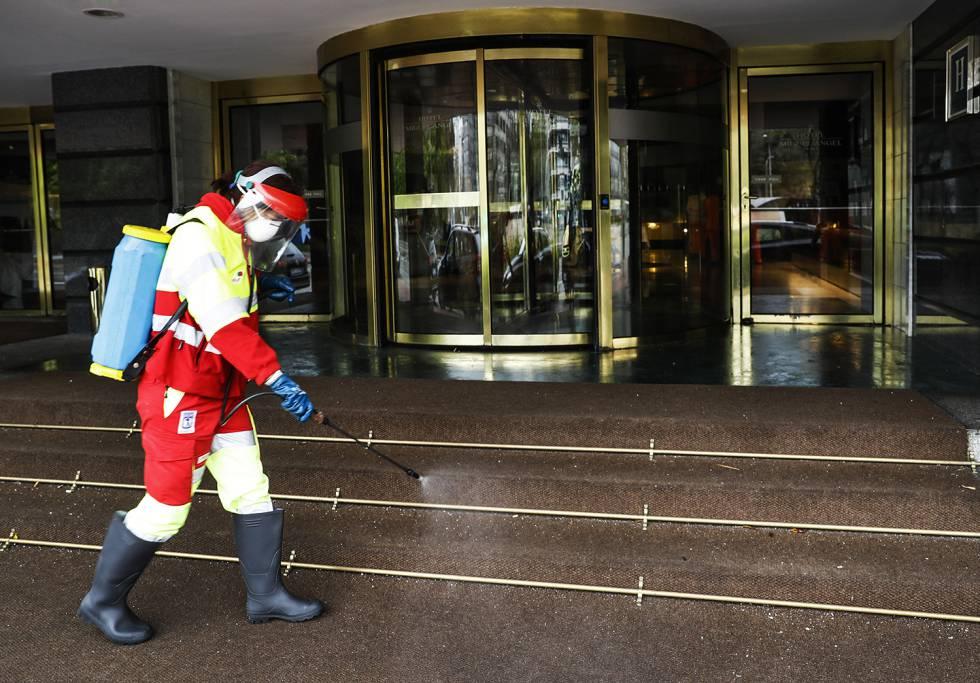 Desinfección de la zona de entrada del hotel Miguel Ángel, en Madrid, el pasado 1 de abril.