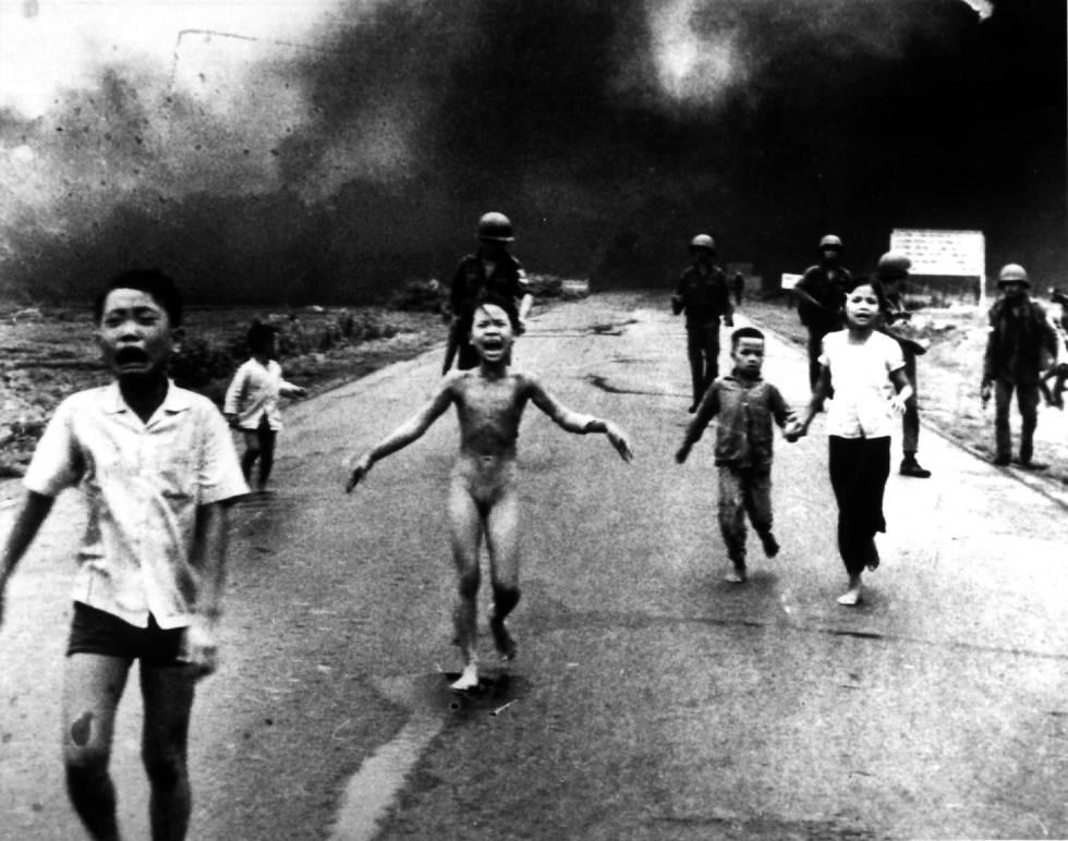 Kim Phuc huye desnuda tras el ataque con napalm en Vietnam en 1972. La foto es obra de Nick Ut.