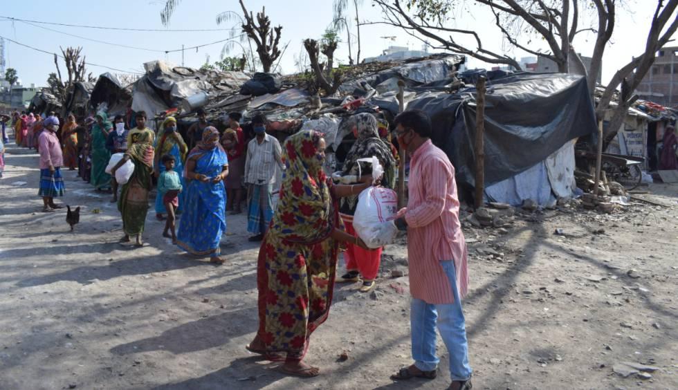 Reparto de comida de la ongd Semilla para el Cambio en el 'slum' de Varanasi.