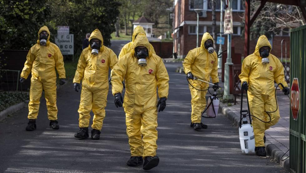 Un grupo de soldados se prepara para desinfectar una residencia de ancianos en Budapest, ayer.
