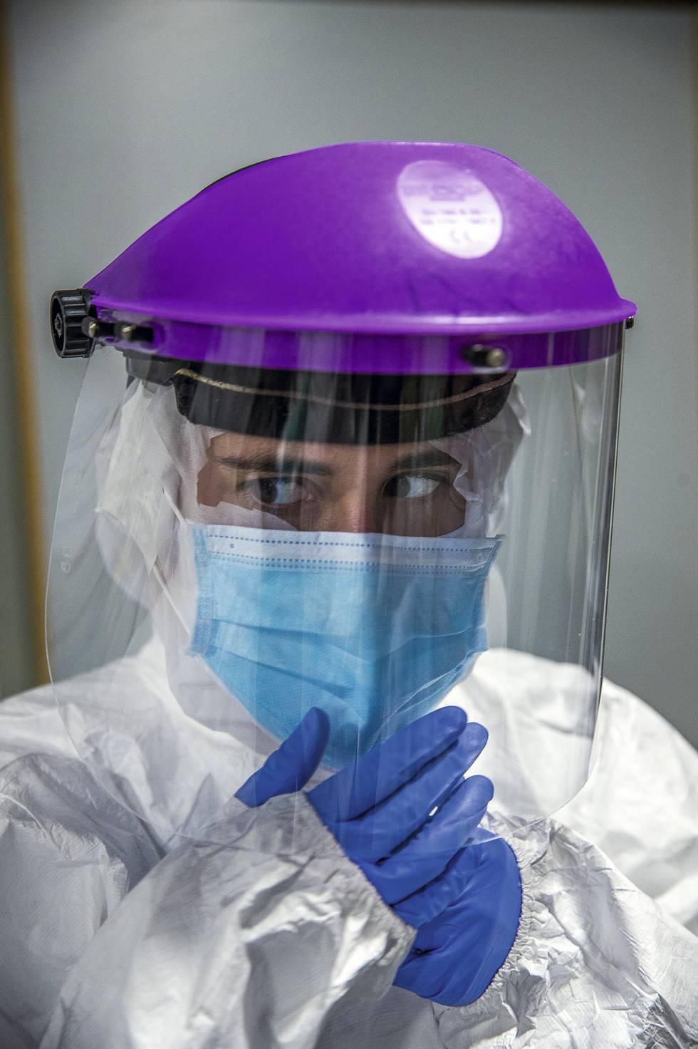Una sanitaria vestida con traje de protección en La Paz.