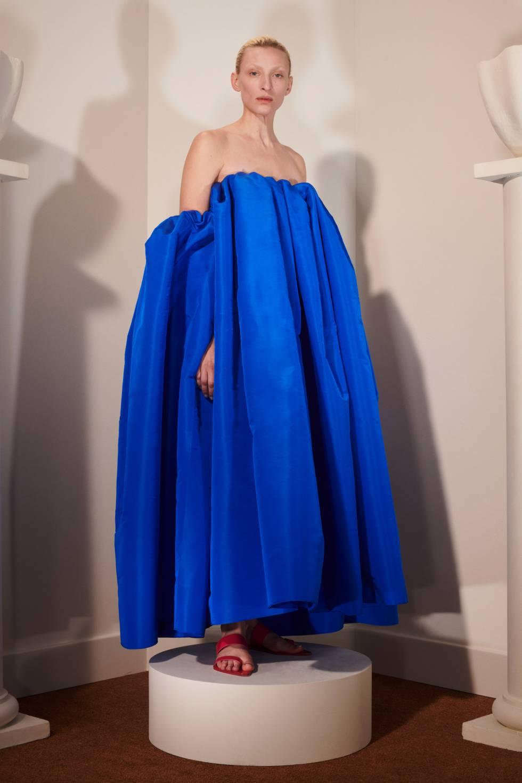 Vestido en color azul klein y cuello bardot de la colección otoño-invierno 2020.
