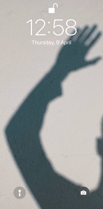 El 9 de abril, cerca de la una de la tarde, Manu Ríos se hizo esta foto para el fondo de pantalla de su teléfono móvil. La imagen, su silueta reflejada sobre la pared blanca de su terraza, refleja bien esta era de confinamiento.