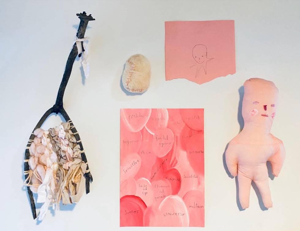 Varias piezas de Aitor Saraiba: dibujos, esculturas y objetos.