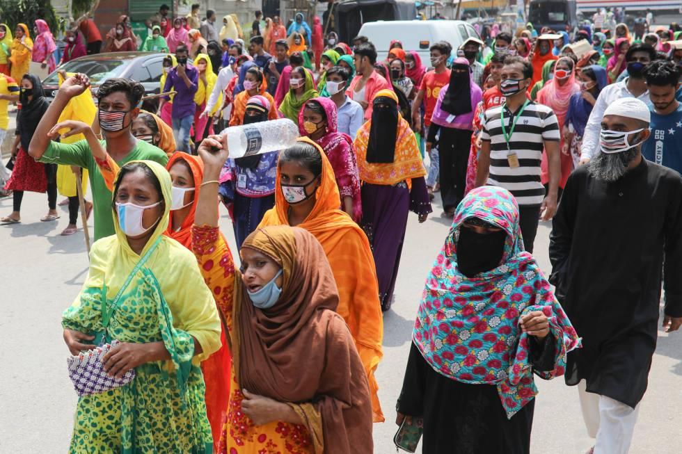 Protesta de trabajadores en Dacca, en Bangladés, por la situación precaria en la que quedan como consecuencia del cierre de fábricas.
