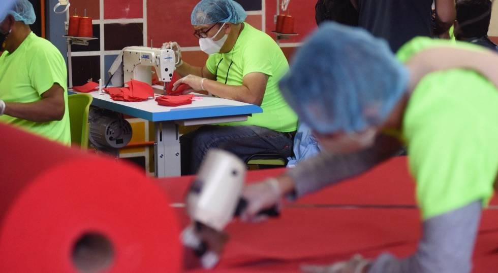 Los presos de las cárceles chilenas fabrican sus propias mascarillas como medida preventiva ante la pandemia del coronavirus.