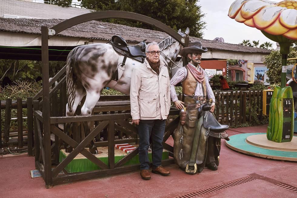 Juan José Millás junto a un vaquero de mentira.
