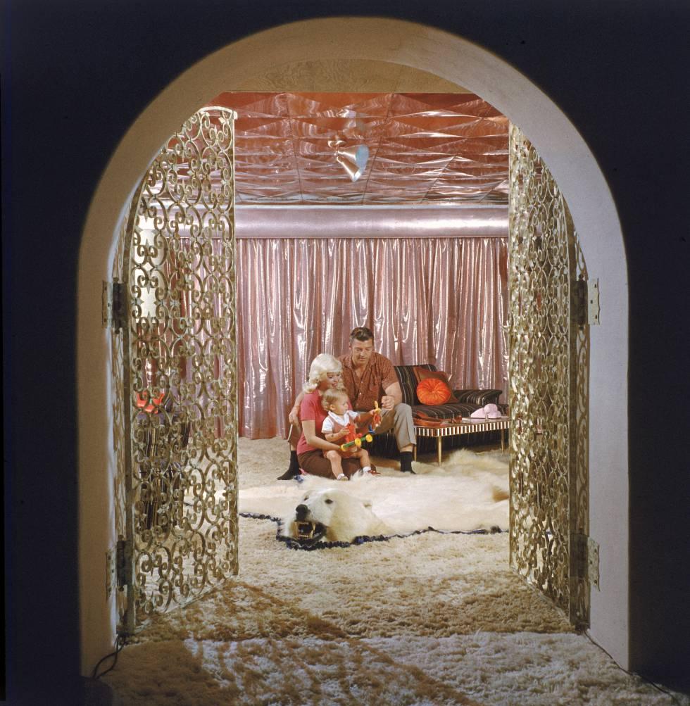 Jayne Mansfield, Mickey Hargitay y su hijo Miklos Hargitay Jr. en su casa de Los Ángeles, conocida como 'The Pink Palace', en 1960.
