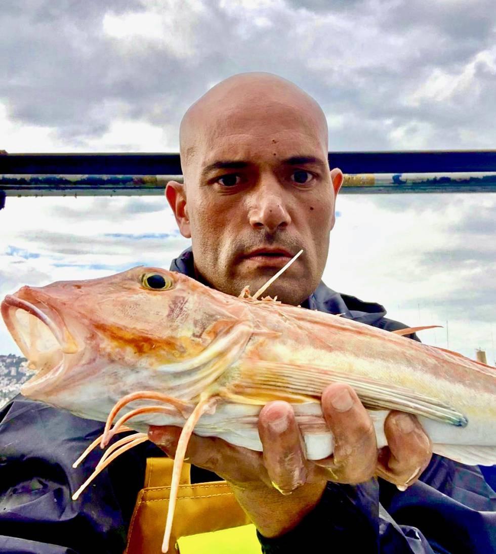 Raúl Resino con una juliola, uno de sus pescado fetiche. ADDAVIA