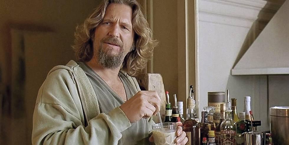 Jeff Bridges, en El gran Lebowski, se prepara un Ruso Blanco.
