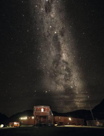 La Vía Láctea luce en el cielo nocturno sobre la base española Juan Carlos I.