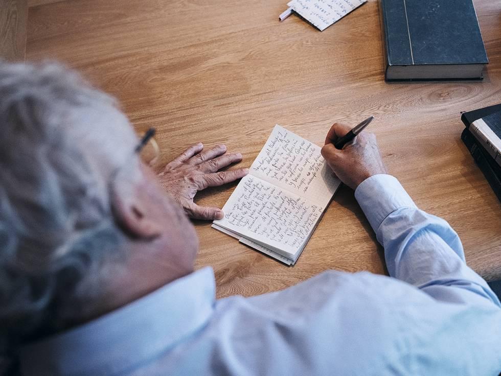Héctor Abad escribe uno de sus diarios.