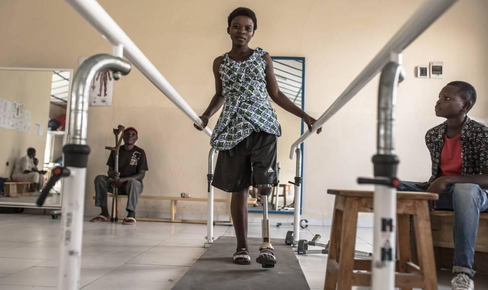 """Katungu Sasita descansa en la habitación de mujeres del centro de rehabilitación Shirika La Umoja (""""La Comunidad lleva a la Unidad"""", en suajili) en Goma, noreste de la República Democrática del Congo (RDC), donde está pasando unas semanas mientras le diseñan una pierna ortopédica a medida. Pincha en la imagen para ver toda la fotogalería."""