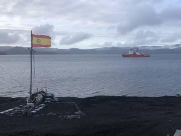 El Hespérides en Puerto Foster, en la caldera interior de Isla Decepción, en la Antártida, desde la base Gabriel de Castilla.