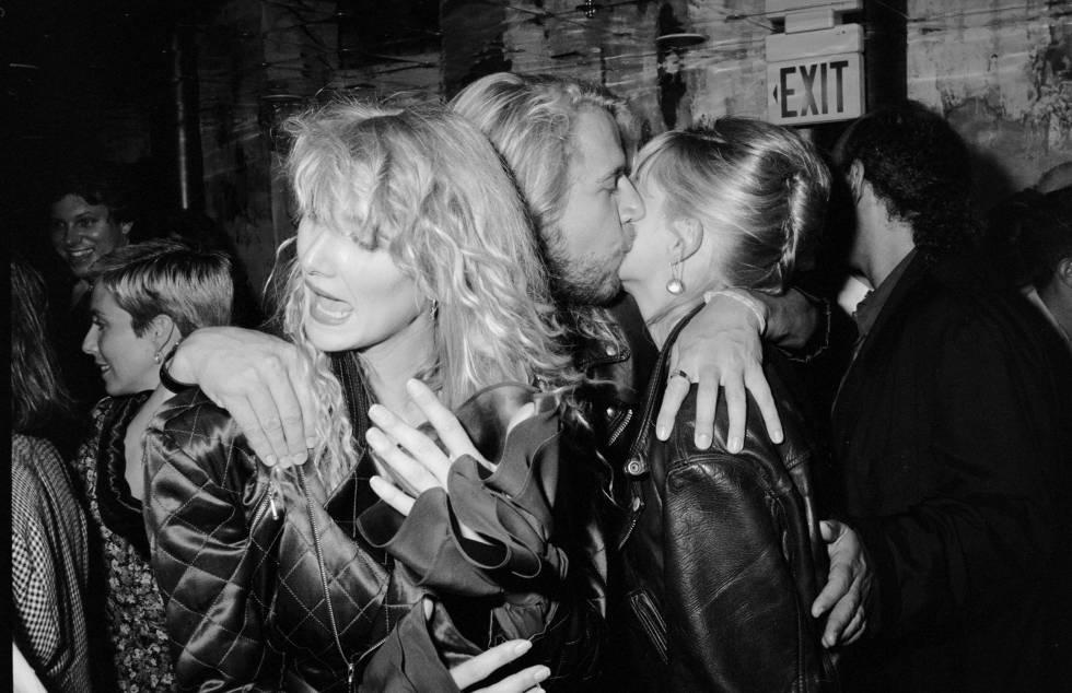 Renny Harlin con la que era su pareja, la actriz Laura Dern (a la izquierda de la imagen), besando a Sharon Stone en 1990.