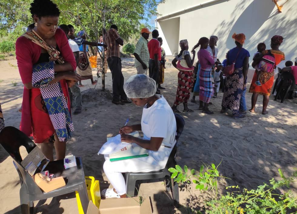 Joana Mauricio, enfermera del hospital de Moambo, forma parte del personal que cada tres meses se desplaza a comunidades remotas para informar sobre salud sexual y reproductiva, y proporcionar anticonceptivos a las mujeres que los soliciten. A principios de marzo estuvo en Mahulane.