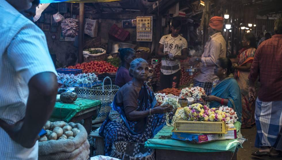 Los vendedores de flores de India, como esta de un mercado de Pondicherry, sufren dificultades para adaptarse a la prohibición del plástico de un solo uso.