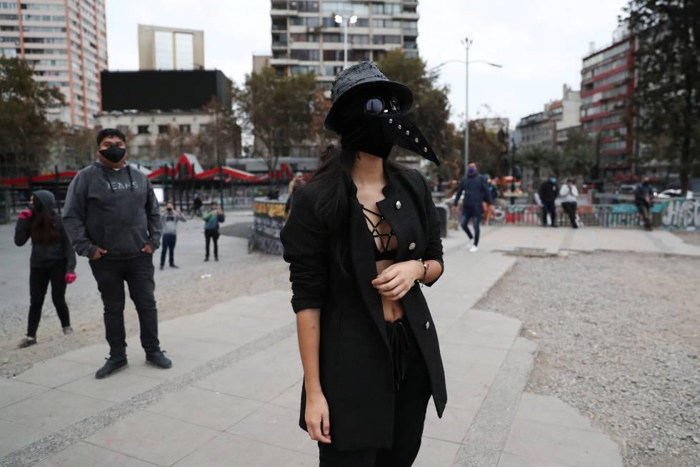 Uma manifestante no dia 24 de abril na Plaza Italia, também conhecida como Plaza de la Dignidad, em Santiago.