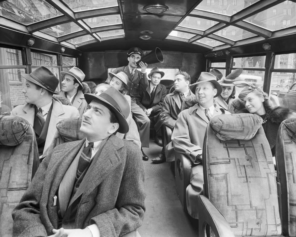 Unos cuantos pasajeros, demasiado juntos para los estándares actuales post-pandemia, comparten un autobús turístico en Nueva York en 1940.