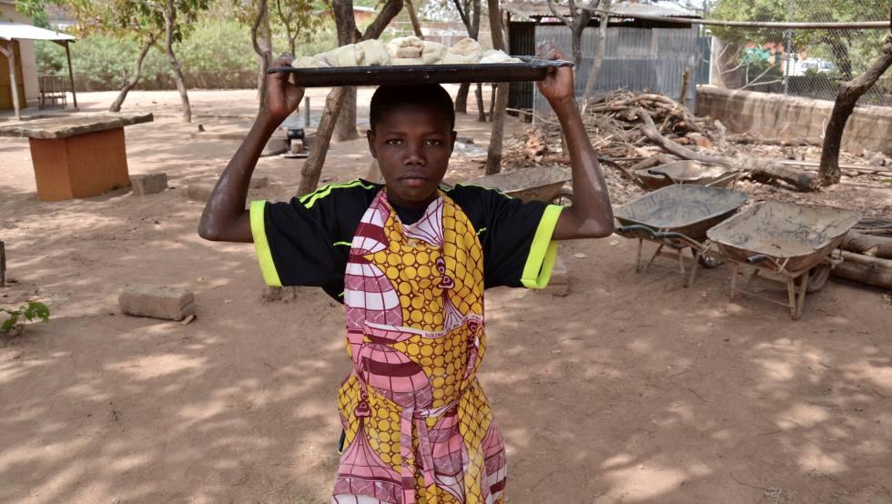 Uno de los alumnos de la escuela de oficios de Kpari (Benín) traslada una de las bandejas con masa para el pan.