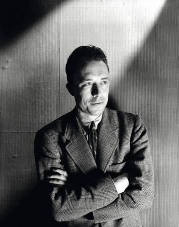 Fotografía de Albert Camus realizada por Cecil Beaton.