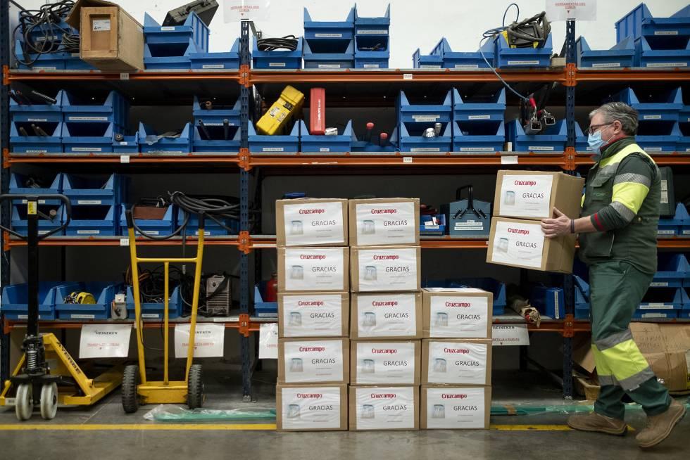 La cervecera Cruzcampo ha entregado más de 2.000 máscaras protectoras, que distribuyen por España con la ayuda de la mitad de su plantilla.