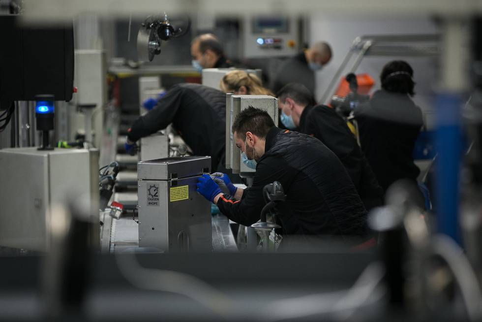 Utilizando la chapa y distintos componentes del Seat León, los trabajadores de la compañía elaboraron ventiladores, que lograron homologar en una semana y media.