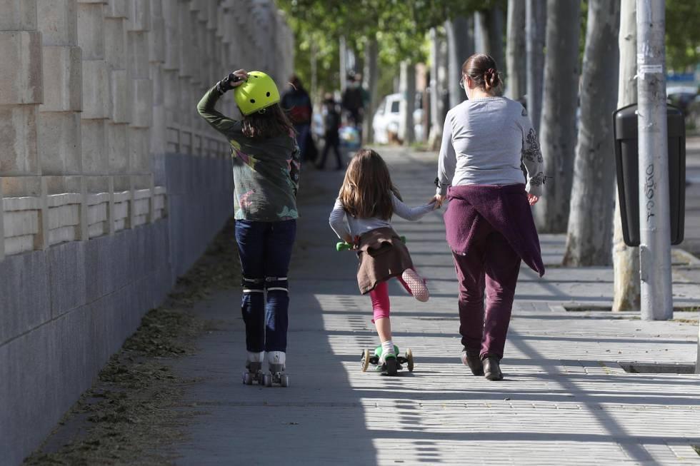 Adultos pasean a niños en el Parque Santander de Madrid.