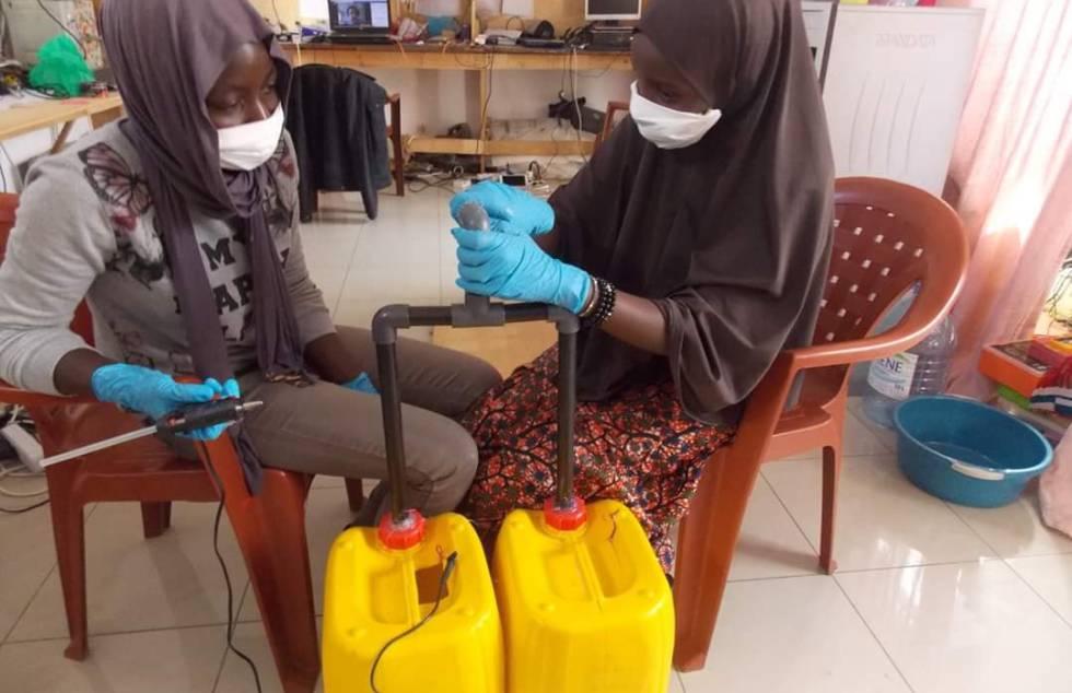 Trabajos en SenFabLab, en Dakar, para la elaboración de un sistema de lavado de manos.