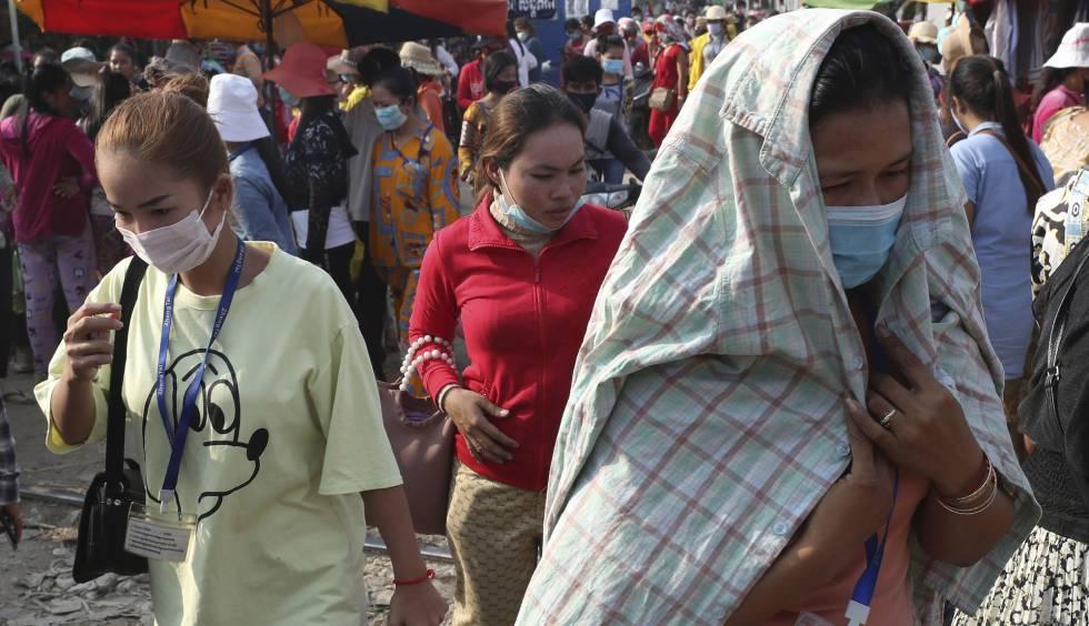 Trabajadoras de una fábrica textil en Camboya protegidas con mascarilla al inicio de la pandemia, en marzo de 2020.