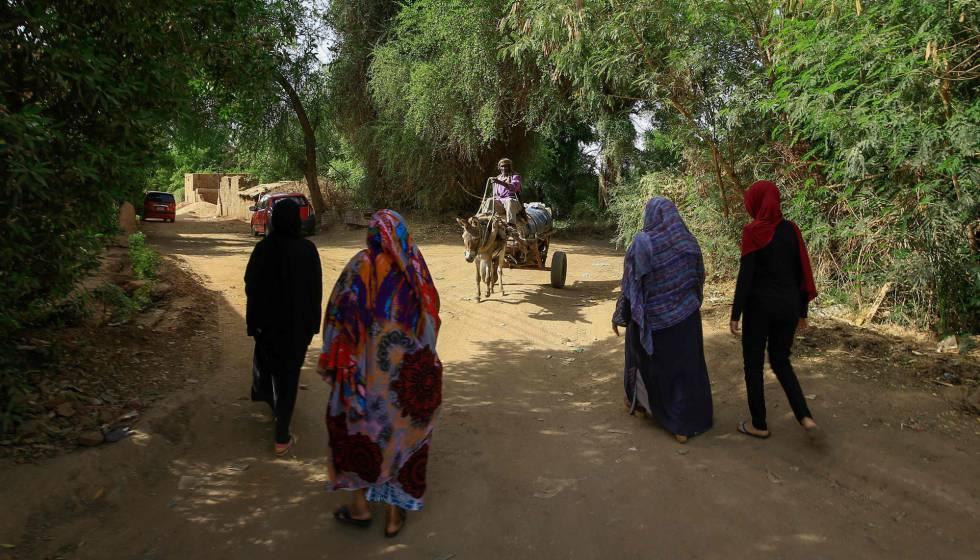Cuatro mujeres sudanesas caminan juntas por un barrio de la capital del país, Jartum, el pasado 5 de mayo de 2020, pocos días después de que Sudán prohibiese por ley la práctica de la mutilación genital femenina.