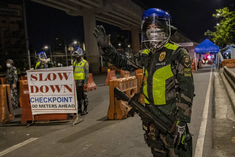 La policía filipina en un control durante la cuarentena por coronavirus.