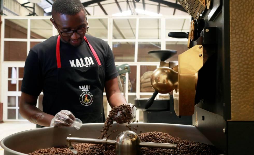 Un empleado revisa los granos recién tostados durante en el café Kaldi África en Lagos.