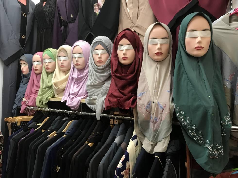 Maniquís vendadas en Iligan, para que sus miradas no perturben los ángeles de las clientas.