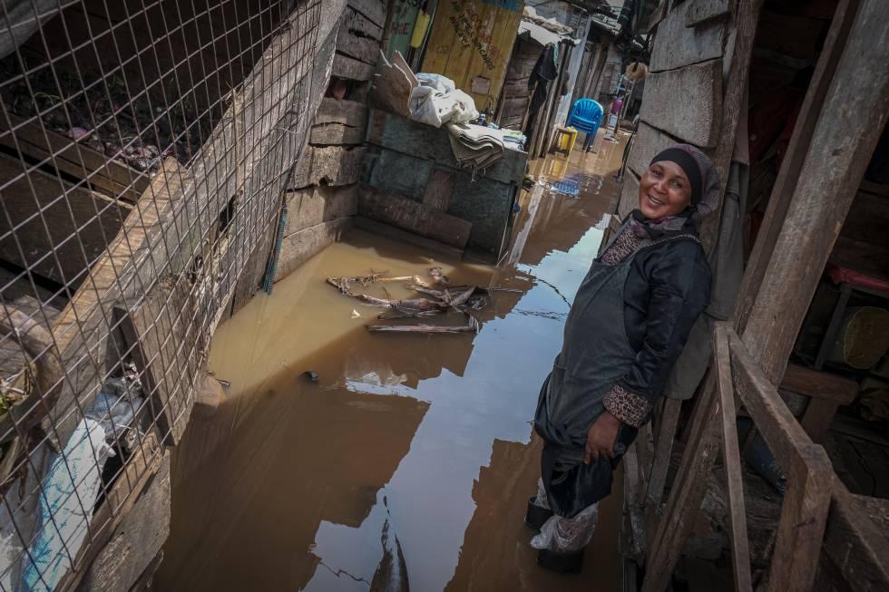 Las callejuelas de muchos barrios informales de Kampala se han transformado en ríos de agua turbia.