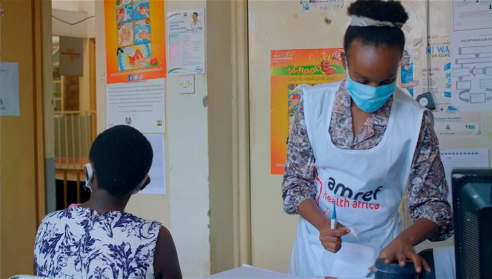 Lydia Kuria durante una consulta en la clínica de Kibera (Kenia) donde trabaja.