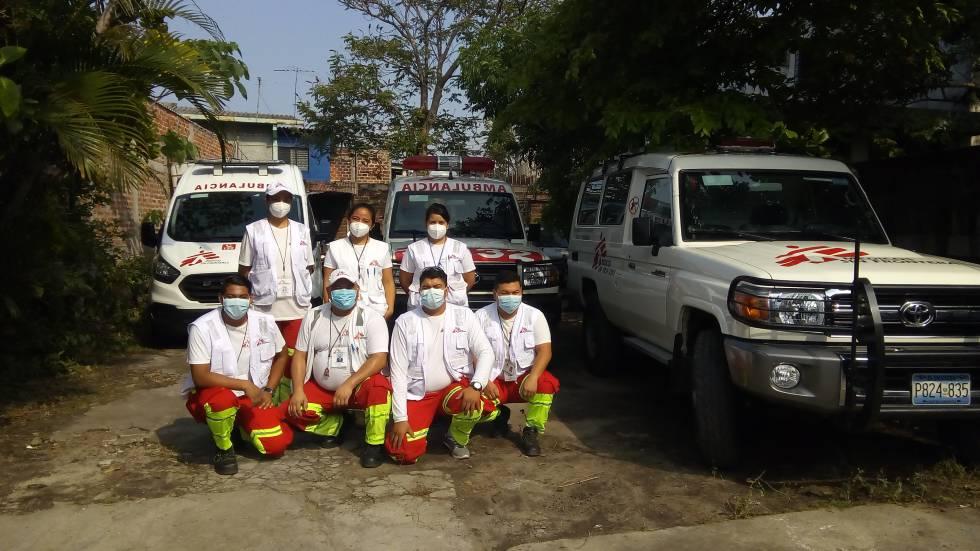 Khatia Chacón (arriba, la primera por la izquierda) junto al equipo sanitario que lidera en El Salvador.