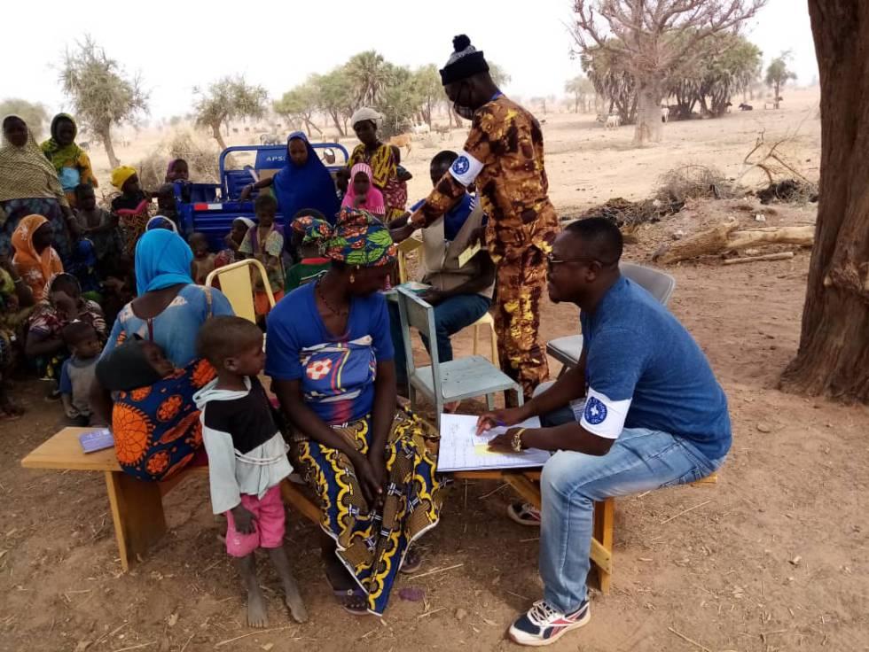 Hippolyte Guideal durante una salida de una clínica móvil en Burkina Faso.
