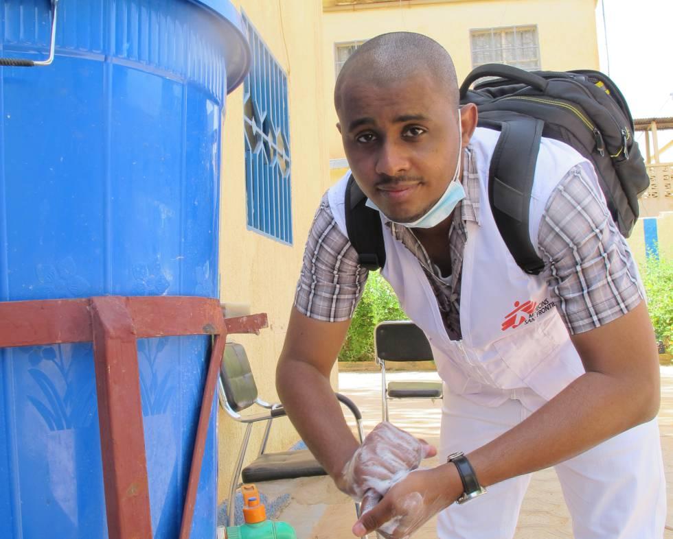 El doctor Moussa Souley Abil Abass se lava las manos en las oficinas de MSF de Niamey.