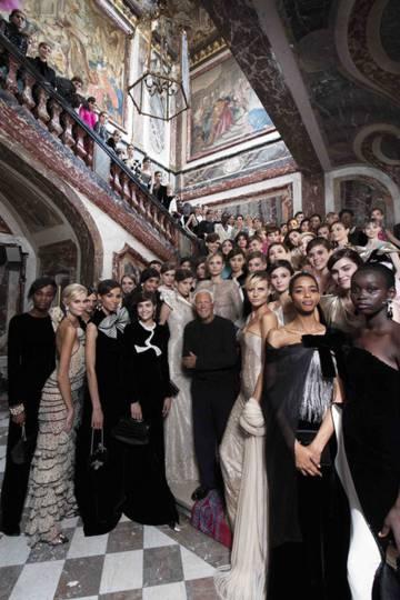 Giorgio Armani con sus modelos tras un desfile de alta costura en 2018.