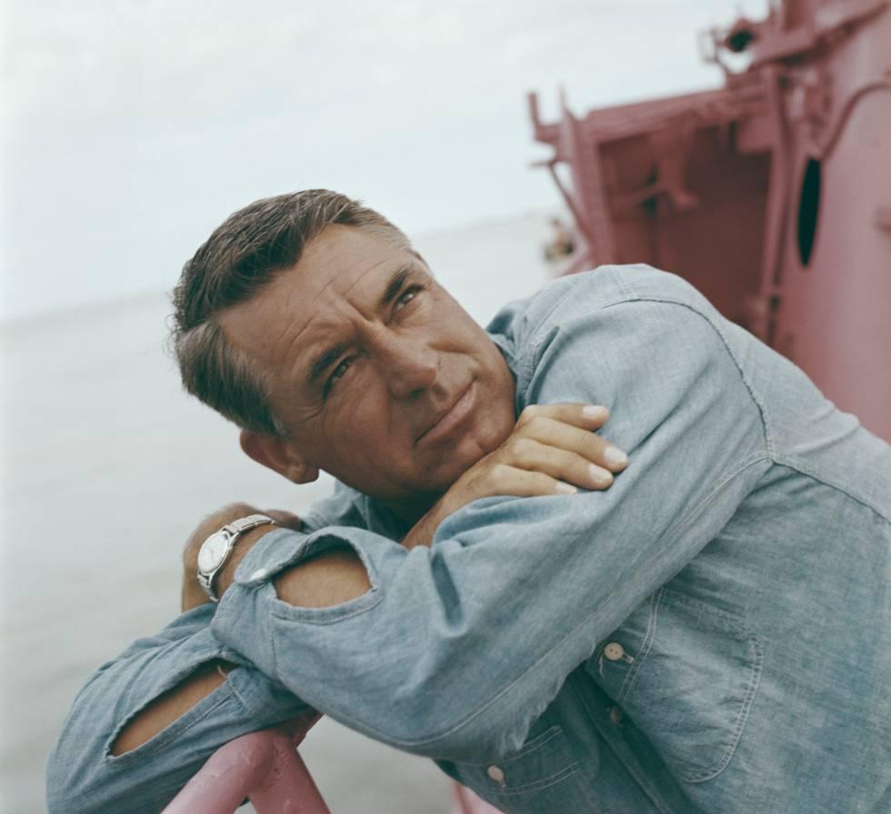 Cary Grant en la cubierta de un barco en 1955.