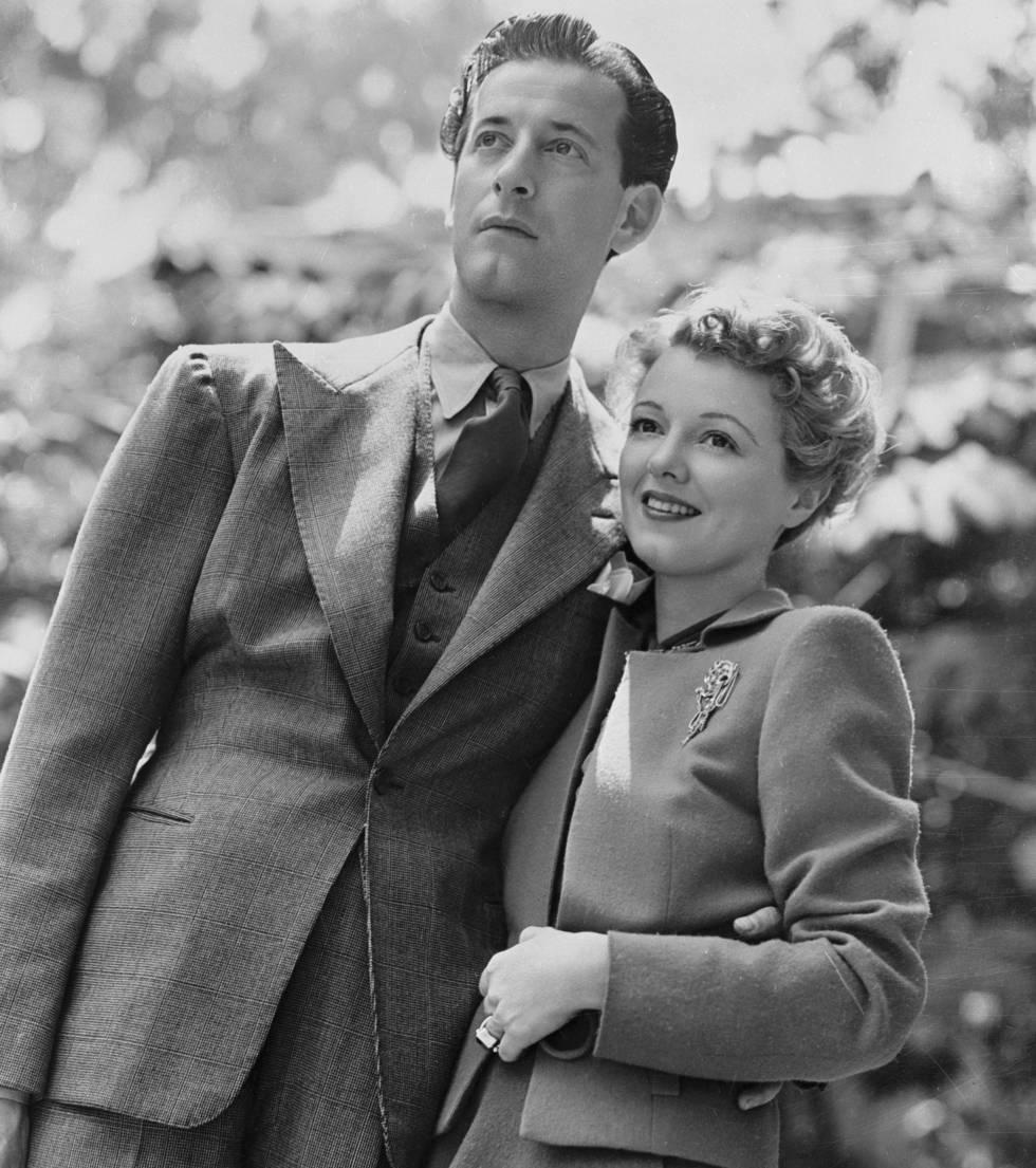 Janet Gaynor con el diseñador Gilbert Adrian con quien se casó en 1939.